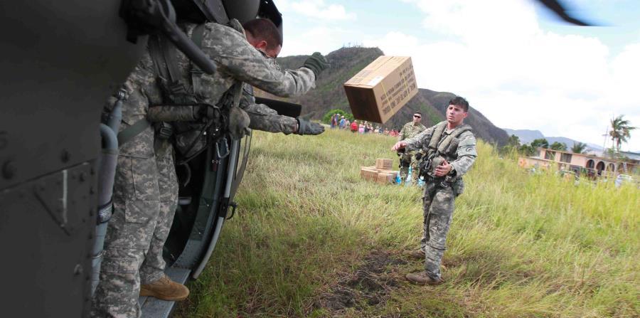 Soldados de la Guardia Nacional llevan comida y agua al sector Damian Arriba de Orocovis. (horizontal-x3)