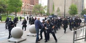 Dos policías de Nueva York empujan y causan lesión a un hombre de 75 años