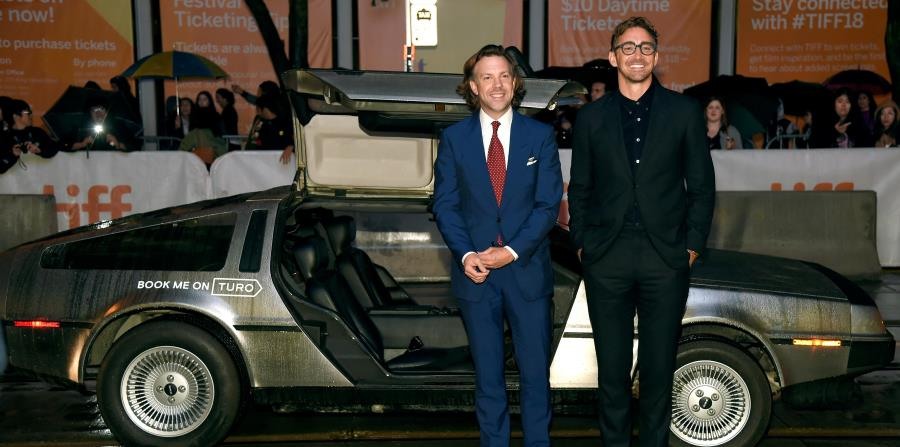 "Los protagonistas de ""Driven"", Jason Sudeikis y Lee Pace, posan junto al auto DeLorean frente al Princess of Wales Theatre. (Chris Pizzello / Invision / AP) (horizontal-x3)"
