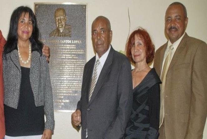 Santos López acompañado por su familia durante la designación de la Casa Alcaldía con su nombre. (horizontal-x3)