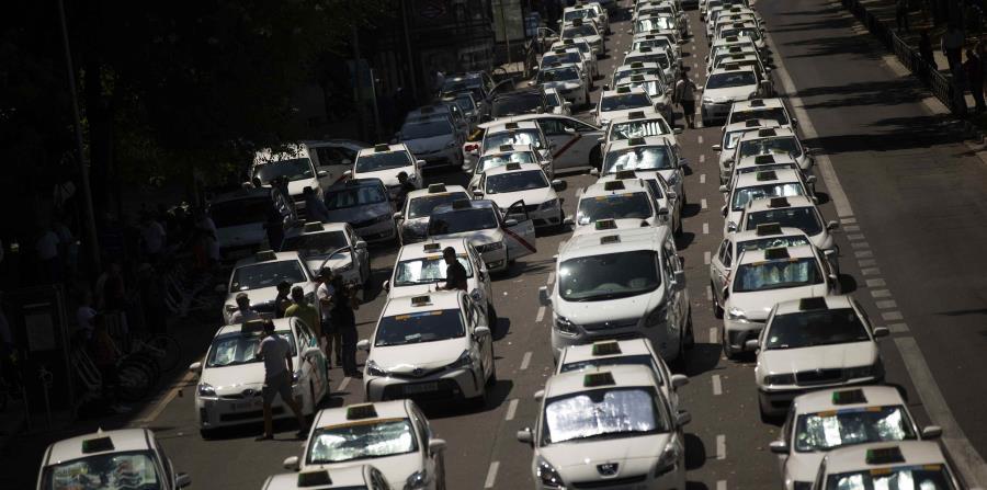 Los taxistas de Madrid comenzaron a desalojar el el Paseo de la Castellana y la Gran Vía. (AP) (horizontal-x3)