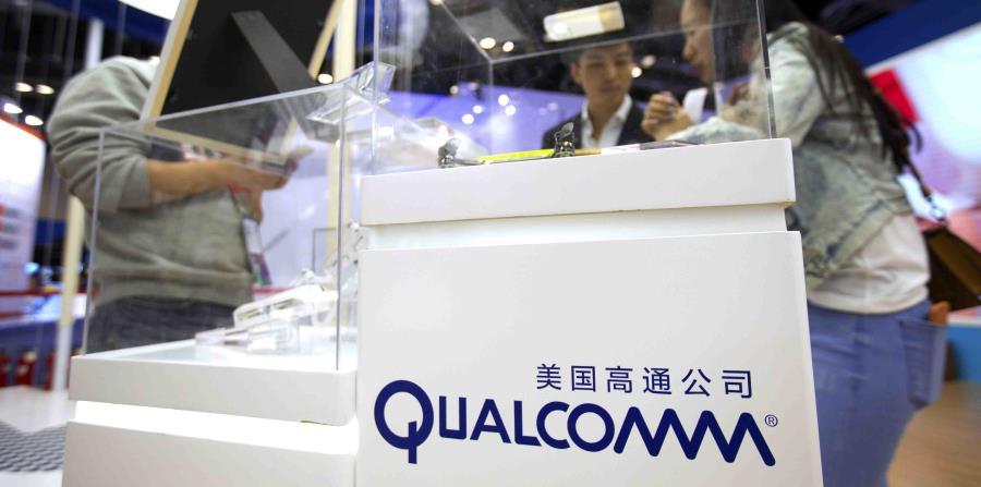 Algunos visitantes examinan la caseta de Qualcomm en la Conferencia Global de Internet Móvil, en Beijing. (horizontal-x3)