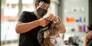 Dueños de salones de belleza encaran el reto de reabrir ante la realidad del COVID-19