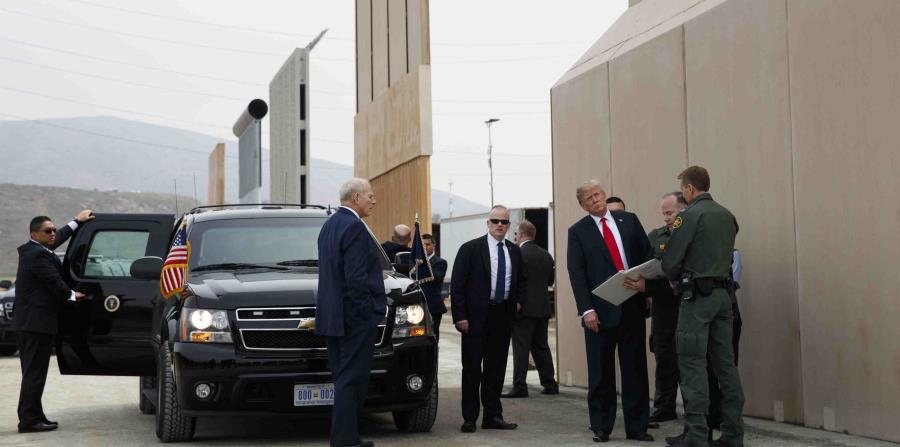 El presidente Donald Trump inspecciona los trabajos de construcción del muro fronterizo con México. (AP / Evan Vucci) (horizontal-x3)