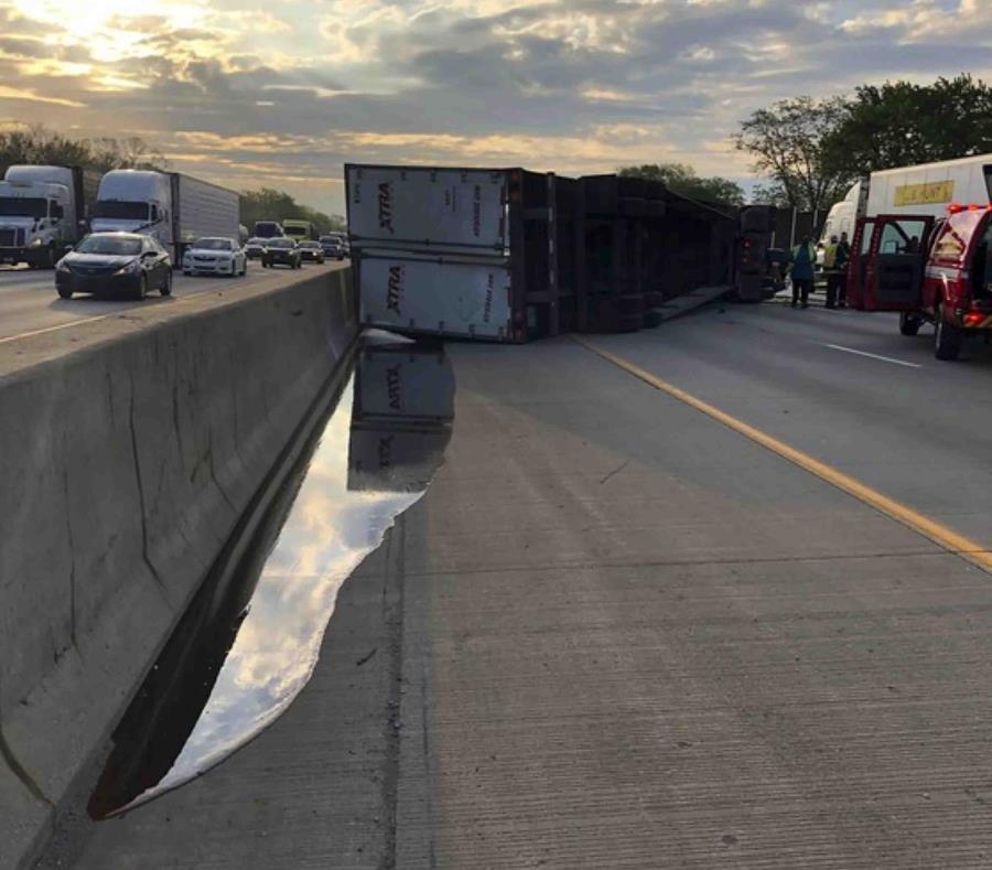 En esta fotografía difundida por la Policía Estatal de Indiana se observa a un camión de carga que transportaba miel que quedó volcado sobre una autopista, el miércoles 15 de mayo de 2019. (Indiana State Police vía AP) (semisquare-x3)