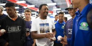Pedro Martínez comparte con estudiantes de Carlos Beltrán Baseball Academy