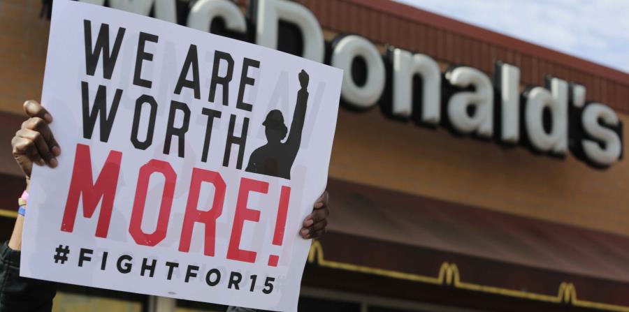 Esta foto del 15 de abril del 2015, trabajadores de McDonalds y sus partidarios protestan en las afueras als afueras de un restaurante de la cadena en Chicago. (AP) (horizontal-x3)