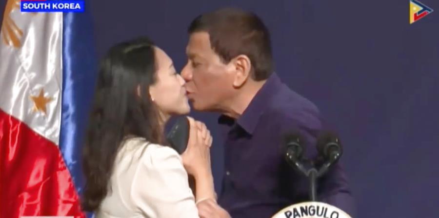 Rodrigo Duterte obliga a una trabajadora filipina a besarlo en la boca (horizontal-x3)