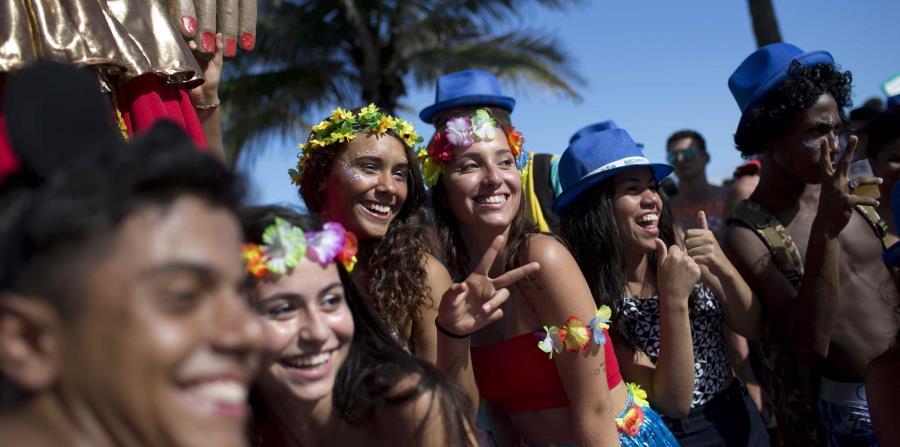 El Carnaval más famoso de Brasil, que en su día era una fiesta de lujo y glamur, está cada vez más dominado por una marea de ahorradores turistas más interesados en las fiestas callejeras gratuitas que en los caros desfiles de las escuelas de samba. (horizontal-x3)