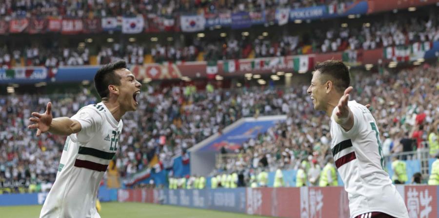 Javier Hernandez (derecha) festeja el segundo gol de México junto a Hirving Lozano en el partido contra Corea del Sur por el Grupo F del Mundial, en Rostov, Rusia, el sábado 23 de junio de 2018. (AP) (horizontal-x3)