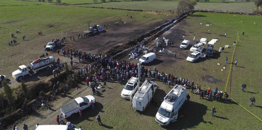 El pasado 18 de enero, un grupo de pobladores del municipio de Tlahuelilpan, en el céntrico estado de Hidalgo, reventó un ducto de hidrocarburo y empezó a sustraer, de una forma muy rudimentaria, la gasolina. (AP / Claudio Cruz) (horizontal-x3)