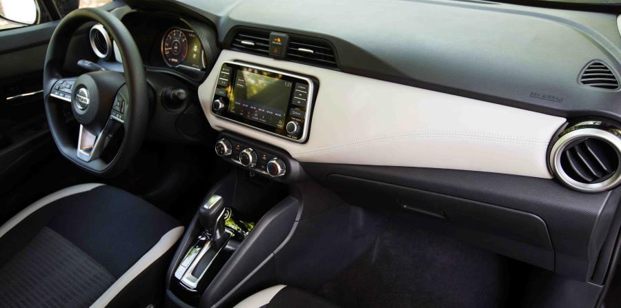 Consola central del nuevo Nissan Versa del 2020 con una pantalla de siete pulgadas en el centro. (Suministrada)