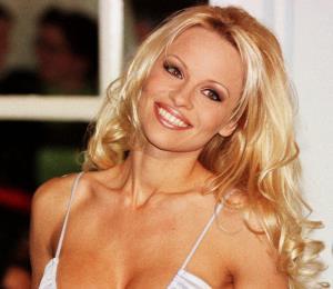 """Pamela Anderson cree que #MeToo  """"paraliza a los hombres"""""""