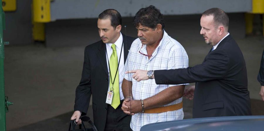 La foto muestra el momento en que Eduard Rivera Correa era trasladado al tribunal federal tras ser arrestado por corrupción. (GFR Media) (horizontal-x3)