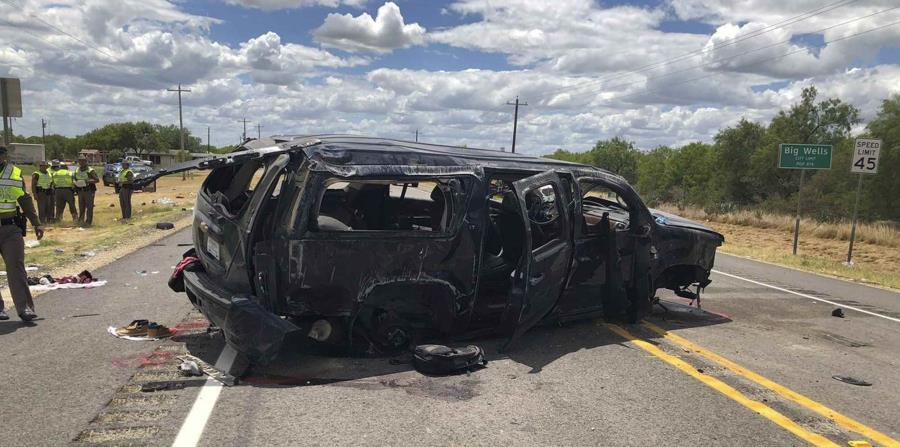 En esta imagen tuiteada por David Caltabiano de la televisora KABB/WOAI puede apreciarse una camioneta destrozada en la carretera 85 en Big Wells, Texas, tras estrellarse mientras huía de la Patrulla Fronteriza, el domingo 17 de junio de 2018. (AP) (horizontal-x3)