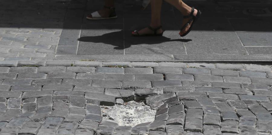 La calle Fortaleza presenta graves problemas para los vehículos y ciudadanos que transitan por la vía (horizontal-x3)