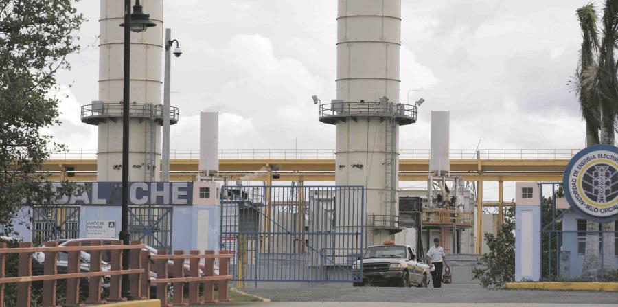 Hasta las 11:00 a.m. de ayer, el gobierno reportaba que un 40.99% de los clientes de la AEE ya tenían servicio energético. Arriba, la central Cambalache, de Arecibo. (horizontal-x3)