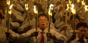 Decenas de miles de norcoreanos celebran con antorchas el 70 aniversario del país