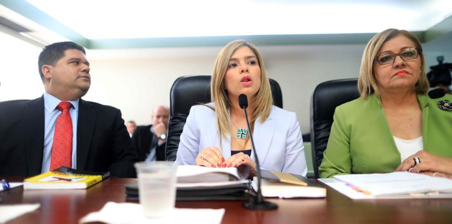 La comisionada electoral del PNP, Norma Burgos (derecha) presentó su reclamo a la presidenta de la CEE, Liza García (centro). (horizontal-x3)