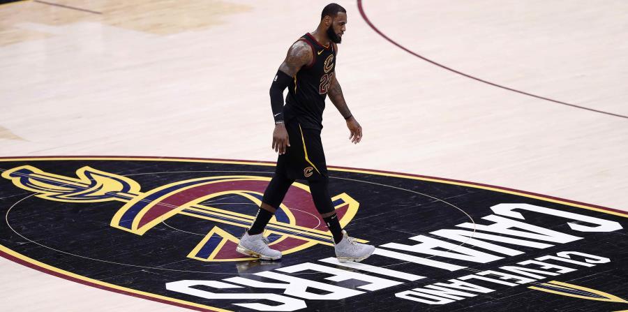 LeBron James, de los Cavaliers de Cleveland, camina por la cancha tras perder el tercer juego de las finales de la NBA, en el Quicken Loans Arena de Cleveland, Ohio. (horizontal-x3)