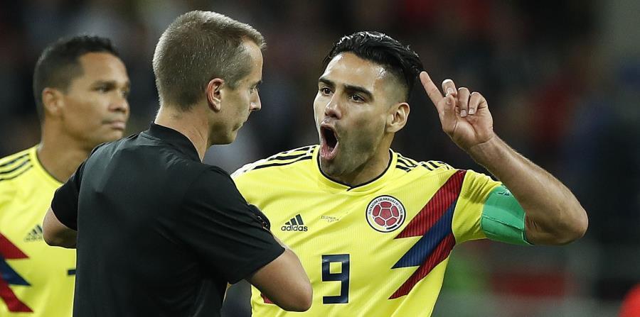 El colombiano Radamel Falcao le grita al árbitro Mark Geiger durante el partido contra Inglaterra. (AP) (horizontal-x3)