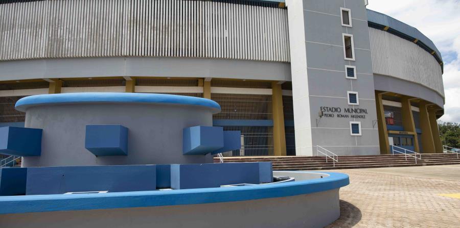 Toma de la fachada exterior del estadio Pedro Román Meléndez.