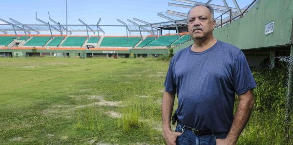 """Mira el deterioro del estadio Félix """"Nacho"""" Millán a dos años del huracán María"""
