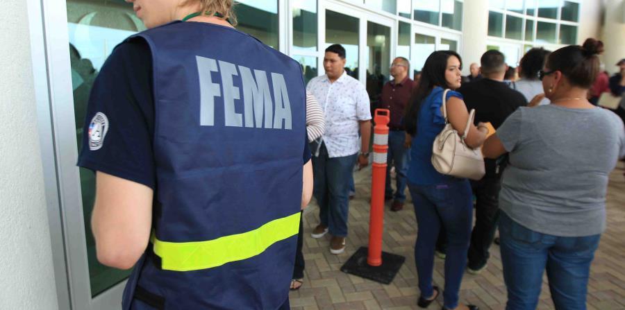 Ciudadanos esperan su turno para ser atendidos por el personal de FEMA, en Ponce. (GFR Media) (horizontal-x3)