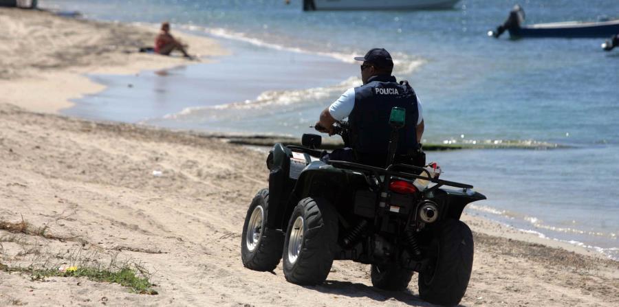 Un agente de la Policía da un recorrido por la playa. (GFR Media) (horizontal-x3)