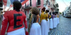 10 mujeres pintan sus torsos para exi...