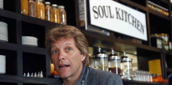 Bon Jovi regala comida a empleados del gobierno federal y sus familiares