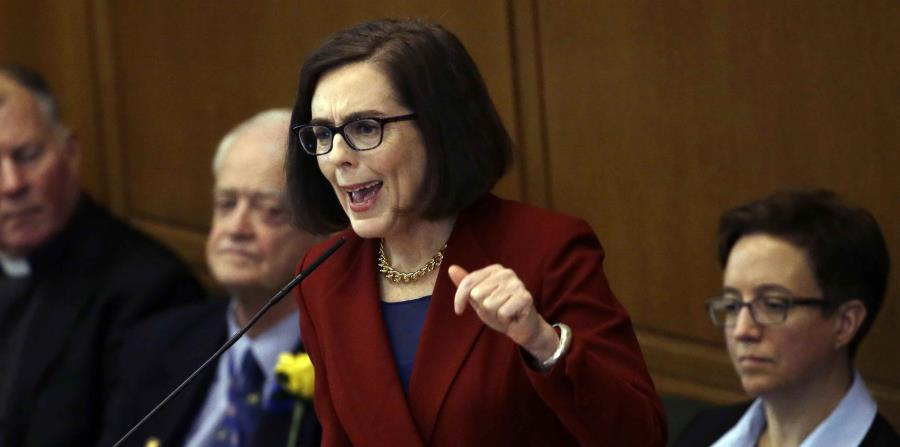 la gobernadora de Oregon, Kate Brown, durante su discurso de toma de posesión en el Capitolio estatal en Salem, Oregon. (horizontal-x3)