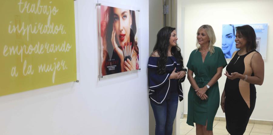 Al centro, Liza Maldonado, gerente general de Avon en Puerto Rico junto a Kryzzia Súarez (izquierda) y Kriss Rivera (derecha). (horizontal-x3)
