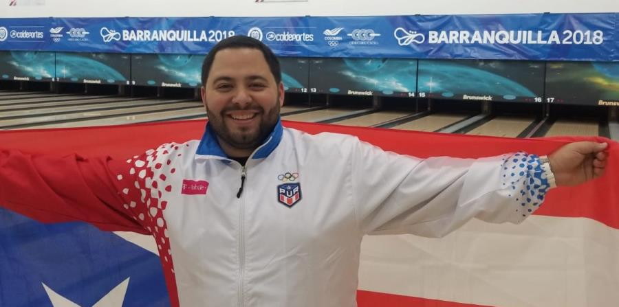 Francisco Valiente  posa con la bandera de Puerto Rico. (horizontal-x3)