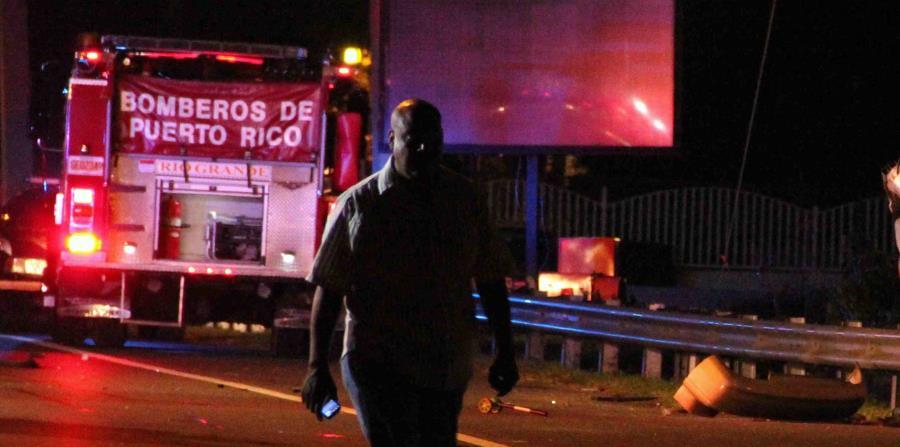 Policías y bomberos atienden la escena de un accidente vehicular. (GFR Media) (horizontal-x3)