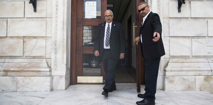 The Secretary of the Treasury, Raúl Maldonado, left the Capitol. (horizontal-x3)