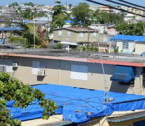 Reconstruyen los techos en El Caño Martín Peña