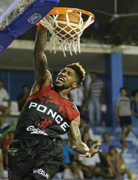 Carlos Emory realiza un donqueo durante el partido. (Foto/ FIBA Américas) (vertical-x1)
