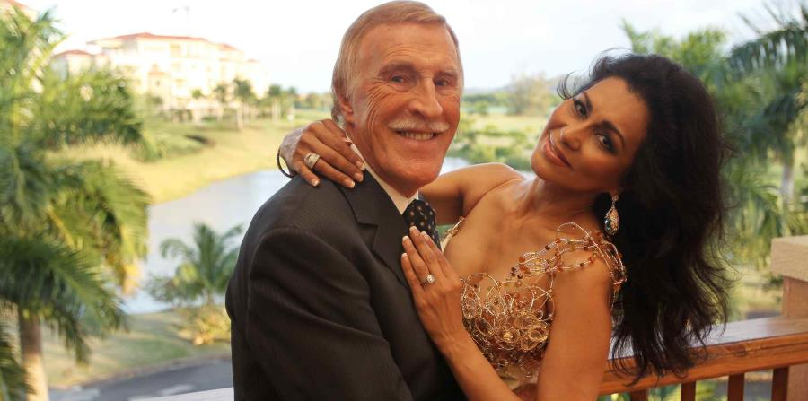 Wilnelia Merced y su esposo Sir Bruce Forsyth, durante unas vacaciones en Puerto Rico en 2011. (Archivo) (horizontal-x3)