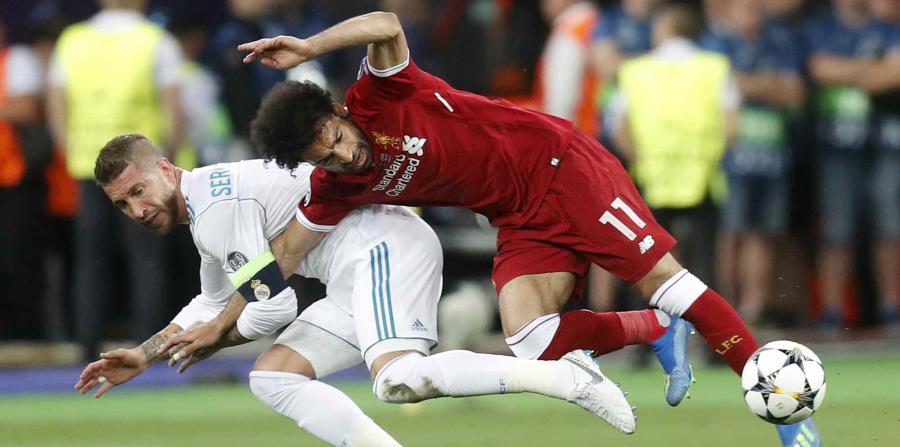 El defensor Sergio Ramos batalla frente al delantero Mohamed Salah por el balón. (AP) (horizontal-x3)