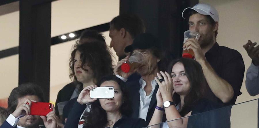 El rockero Mick Jagger se da una cerveza y observa la semifinal de la Copa del Mundo entre Inglaterra y Croacia, el miércoles 11 de julio de 2018, en el estadio Luzhniki de Moscú. (AP) (horizontal-x3)