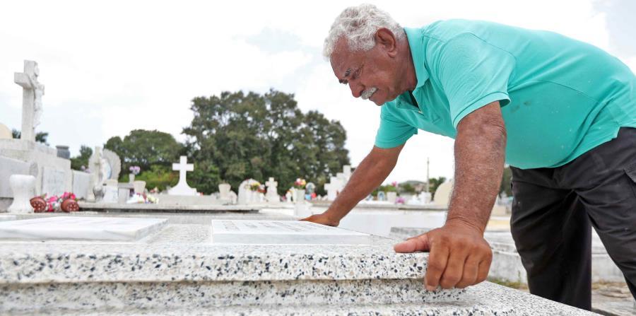 Pedro Julio Ortiz Santos dice que  en momentos de dificultad  se ha quedado a dormir en el cementerio. (horizontal-x3)