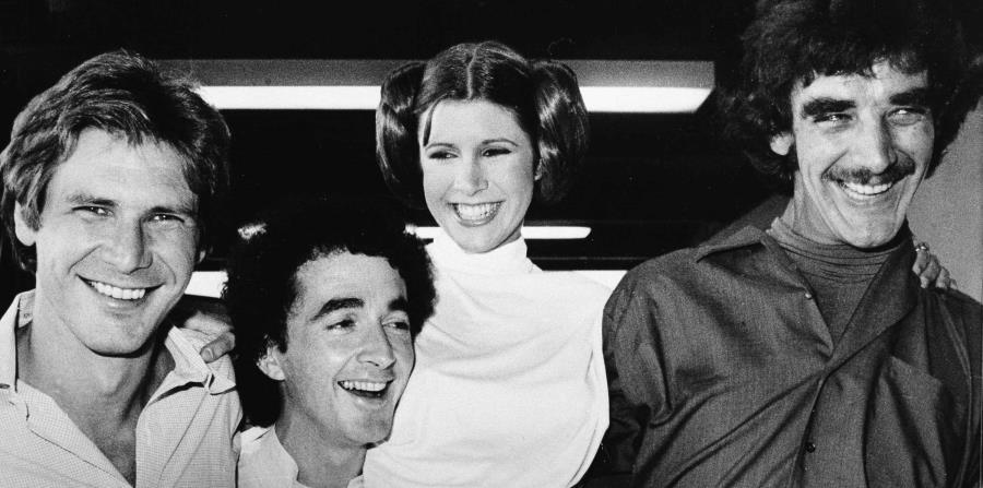 Desde la izquierda, Harrison Ford (Han Solo), Anthony Daniels (C3P0), Carrie Fisher (Leia), y Peter Mayhew (Chewbacca) sonríen durante un receso de una presentación en televisión de Star Wars en el 1978. (AP) (horizontal-x3)