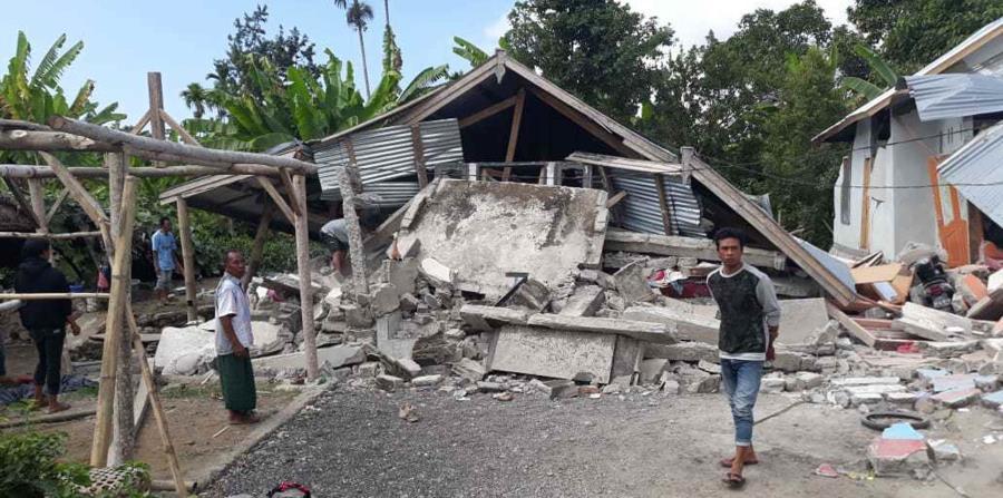 Un hombre camina por las residencias que se derrumbaron con el temblor de 6.4 reportado ayer en Indonesia. (AP) (horizontal-x3)