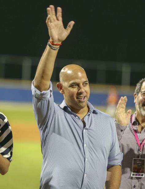 Alex Cora fue objeto de un homenaje el sábado en la noche en el estadio Varo Roldán de Gurabo. (vertical-x1)
