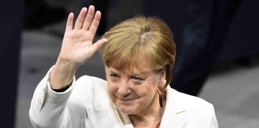 La canciller de Alemania, Angela Merkel, saluda tras su elección para un cuarto mandato como canciller en el Bundestag, el parlamento alemán (horizontal-x3)