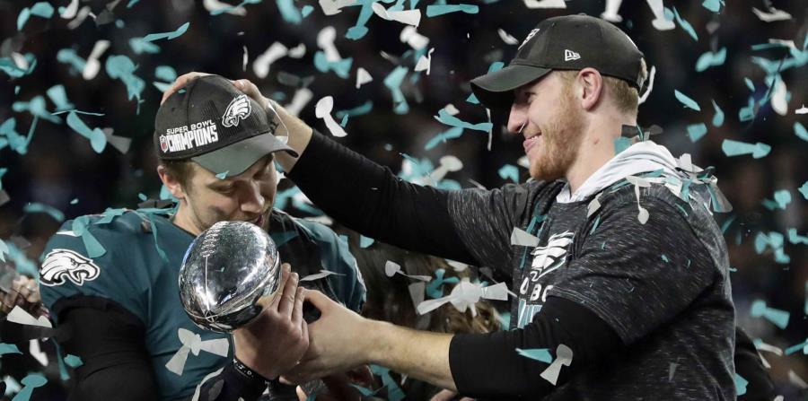 Carson Wentz y Nick Foles durante la celebración del campeonato del Super Bowl de la NFL. (AP) (horizontal-x3)