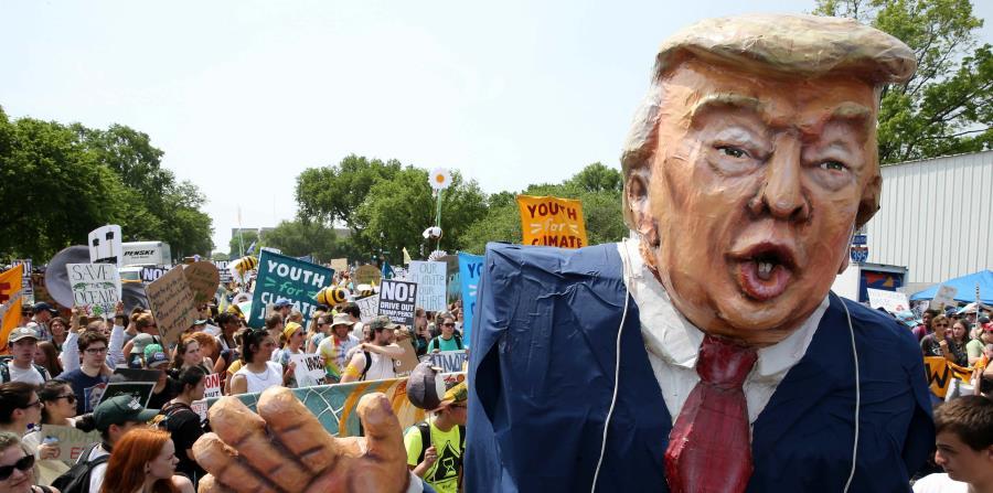 Los manifestantes fuera del Congreso estatal dijeron que querían recalcar el daño que el cambio climático puede causar a las comunidades marginadas. (horizontal-x3)