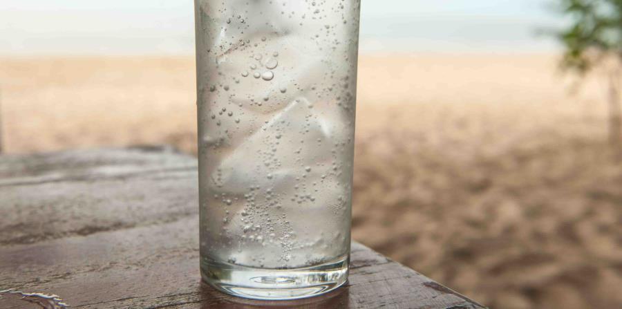 Vaso con agua mineral (horizontal-x3)