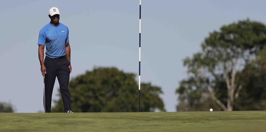 Tiger Woods se acerca al green del quinto hoyo durante una ronda de práctica para el U.S. Open. (horizontal-x3)